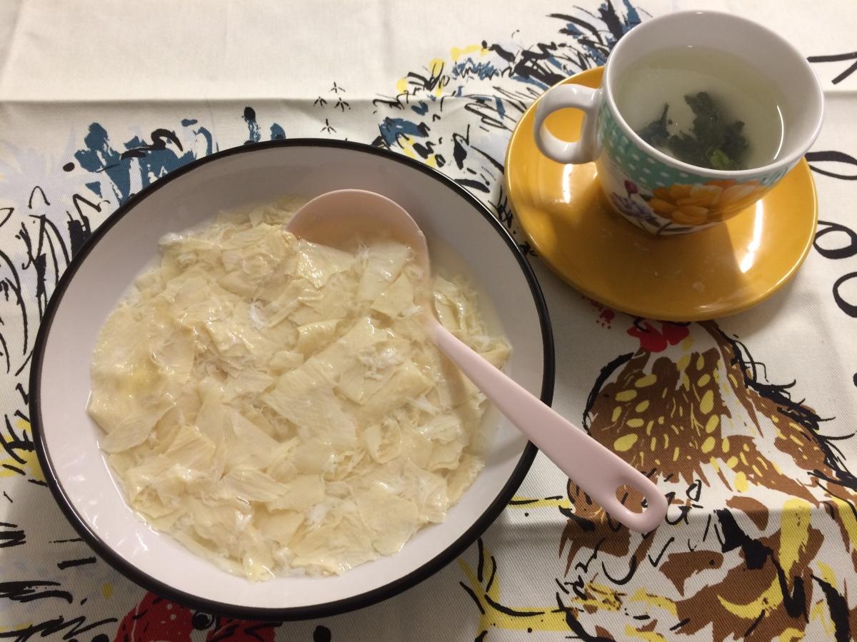 Sweet Beancurd Soup (腐竹糖水, Fu Juk Tong Sui)